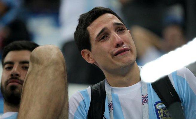 被灌3球后 阿根廷球迷难掩失落泪洒球场