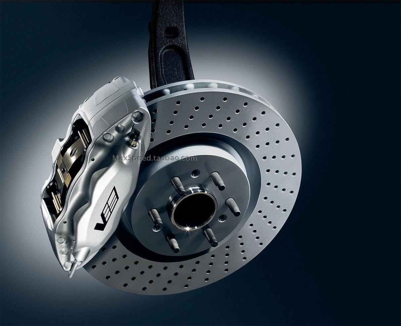 简单来说:汽车刹车踏板在方向盘下面,踩住刹车踏板,则使刹车杠杆联动