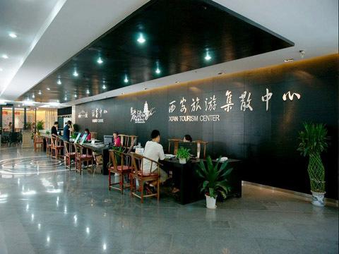 西安旅游集散中心,位于大雁塔南广场步行街南口曲江观光车大慈恩寺站