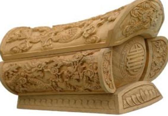 很顺利的来到了墓室,点着火把,发现一个楠木棺材,上面雕着奇怪的花纹