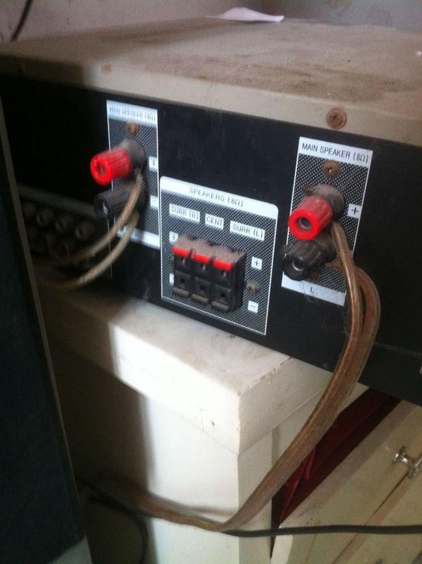 红黑色连了线的是连接音箱的接线柱.