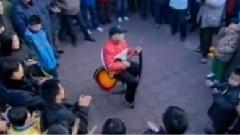 弹起吉他唱起歌