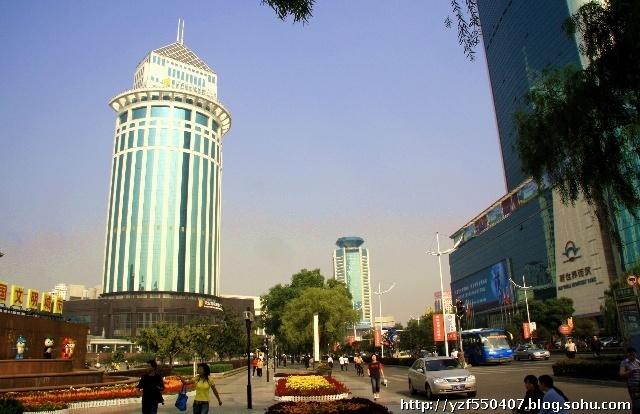 这里,有占地9000余平方米的全国最大的建设银行武汉建银大厦主楼,在