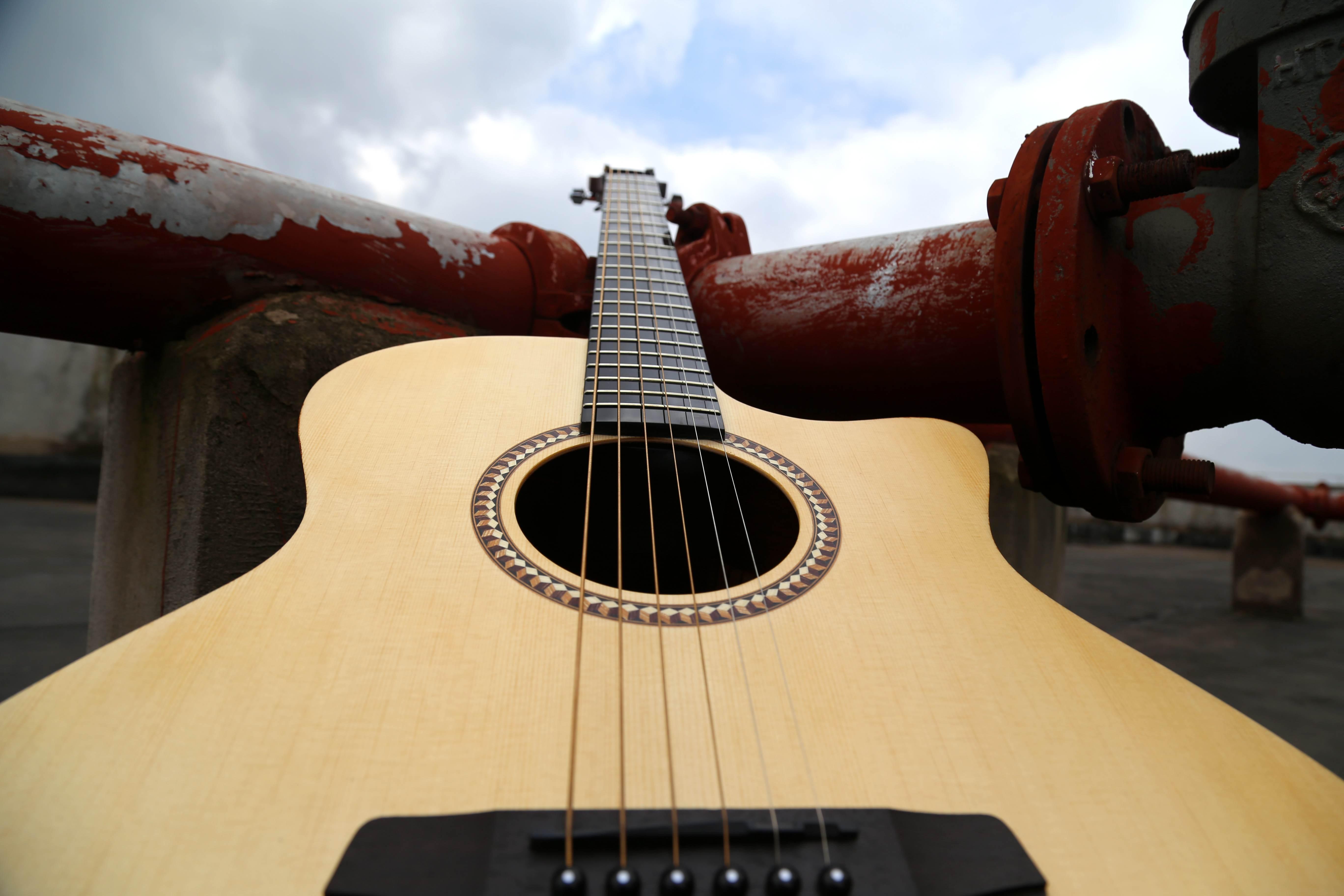 我从开始玩吉他到现在, 还是头一次见到这么可爱的吉他,不用微笑便已