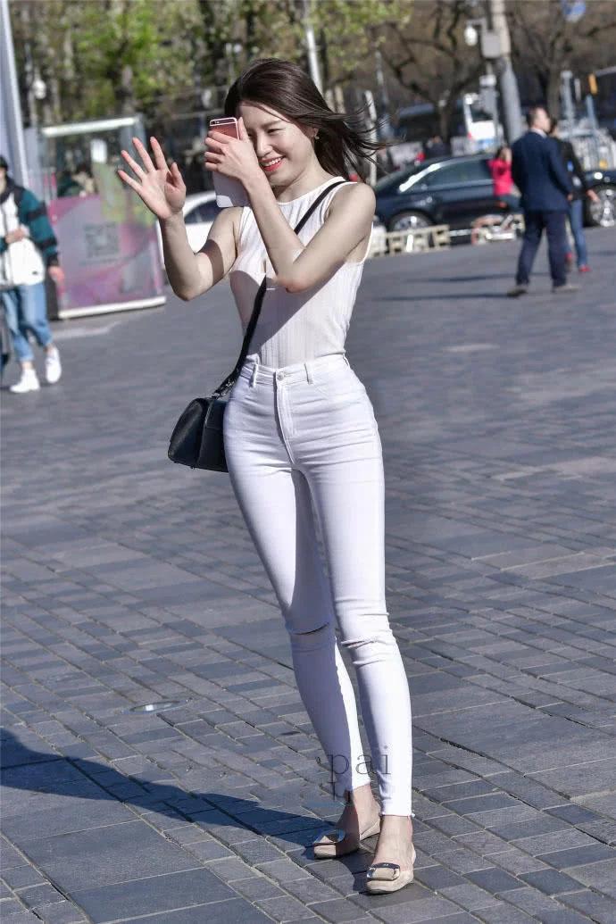 紧身牛仔裤少女臀部图片_街拍白色牛仔裤视频_街拍紧身牛仔裤_街拍牛仔裤太紧了_街拍 ...