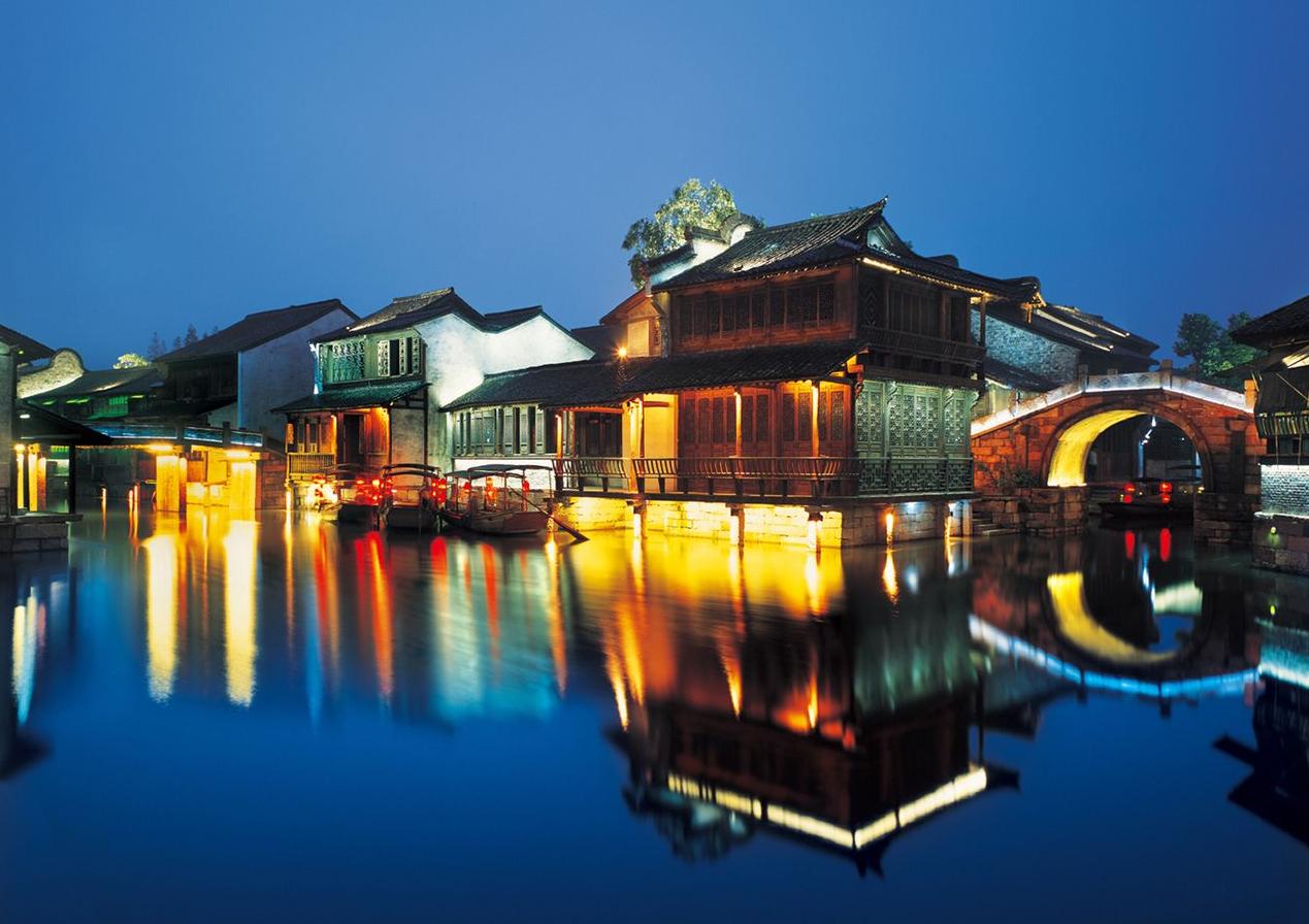 飞机 目前只有杭州萧山机场有直达乌镇的班车,其他地方都需要下机后周转汽车或火车前往乌镇。 汽车 目前,上海、杭州、南京、温州、绍兴、苏州已开通直达乌镇的旅游专线, 游客可到各旅游集散中心乘坐。除此之外,到乌镇的一般路线是目的地桐乡乌镇或者目的地嘉兴乌镇。其中,汽车是最方便的到达方式。 上海、杭州、苏州、南京均有直达乌镇的班车。另外,为方便游客一站式出游,乌镇旅游公司和邻近大中城市客运部门联合推出了公路旅游专线,现已开通上海、杭州、南京到乌镇的三条专线,游客可到各旅游集散中心乘坐。乌镇没有铁