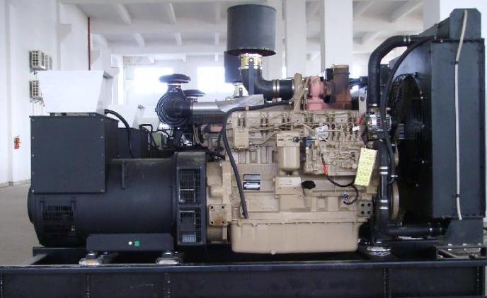 """强鹿发电机是美国强鹿公司生产的发电机叫强鹿发电机。广泛应用于电站、电厂、厂矿、大型企事业单位 强鹿发电机组技术标准 GB/T2820.1,.5,.6及IS08528-1,-5,-6""""往复式内燃机驱动的交流发电机组""""标准的规定。 发电机组电气性能 达到GB2820.3及ISO8528/3 G3级的要求和邮电系统YD/T502""""通信专用柴油发电机组的要求""""的规定。 额定电压:400/230V 接线方式:三相四线 额定频率:50Hz 功率因数:0."""