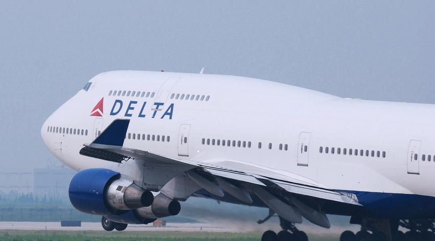 当时,dc-8系列飞机的机翼设计激发了达美航空标志的诞生,其中红,白,蓝