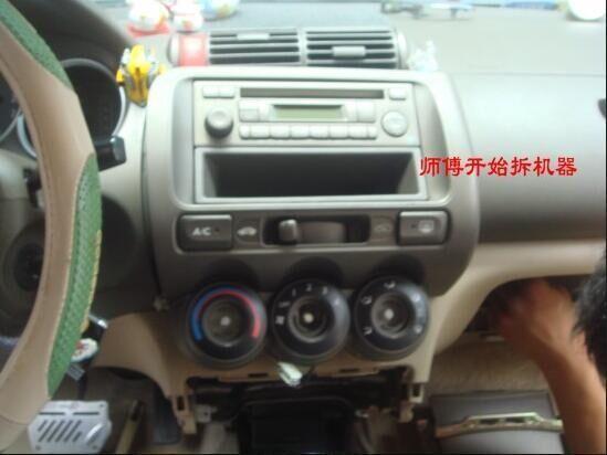 本田飞度两厢dvd的安装分为四步,一,拆开中控台,二,连线,三,测试,四